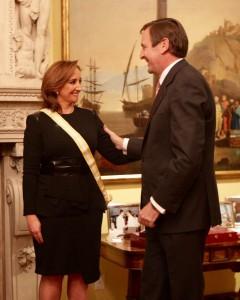 FOTO 1 Canciller Claudia Ruiz Massieu recibe condecoración por parte del Embajador Luis Fernández Cid