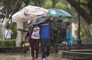 51017114. Mérida, 17 Oct 2015 (Notimex-Hugo Borges).- Una lluvia intensa acompañada de un cielo nublado sorprendió a los habitantes de Mérida quienes buscaban la forma de resguardarse del agua.  NOTIMEX/FOTO/HUGO BORGES/FRE/WEA/LLUVIAS15