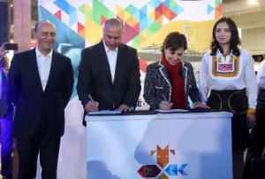 Los titulares de la SAGARPA, José Calzada Rovirosa y SEDATU, Rosario Robles Berlanga, firman convenio de colaboración en beneficio de 128 mil familias del campo mexicano.