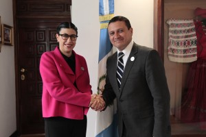 Foto 1 Subsecretaria Vanessa Rubio con el ministro de Relaciones Exteriores de Guatemala, Carlos Raúl Morales Moscoso