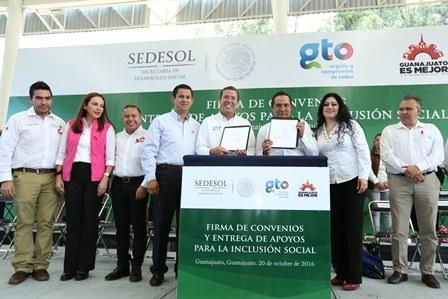 foto-3-secretario-miranda-en-la-firma-de-convenios-y-entrega-de-apoyos-para-la-inclusion-social