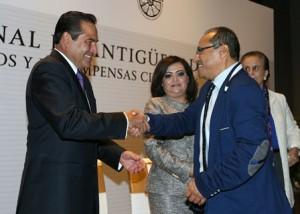 Entrega Secretario Luis Miranda Premio-Nacional-de-Antiguedad-