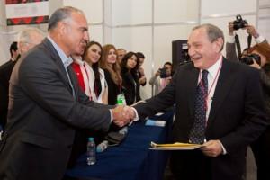 George-Friedman es felicitado por el secretario José Calzada
